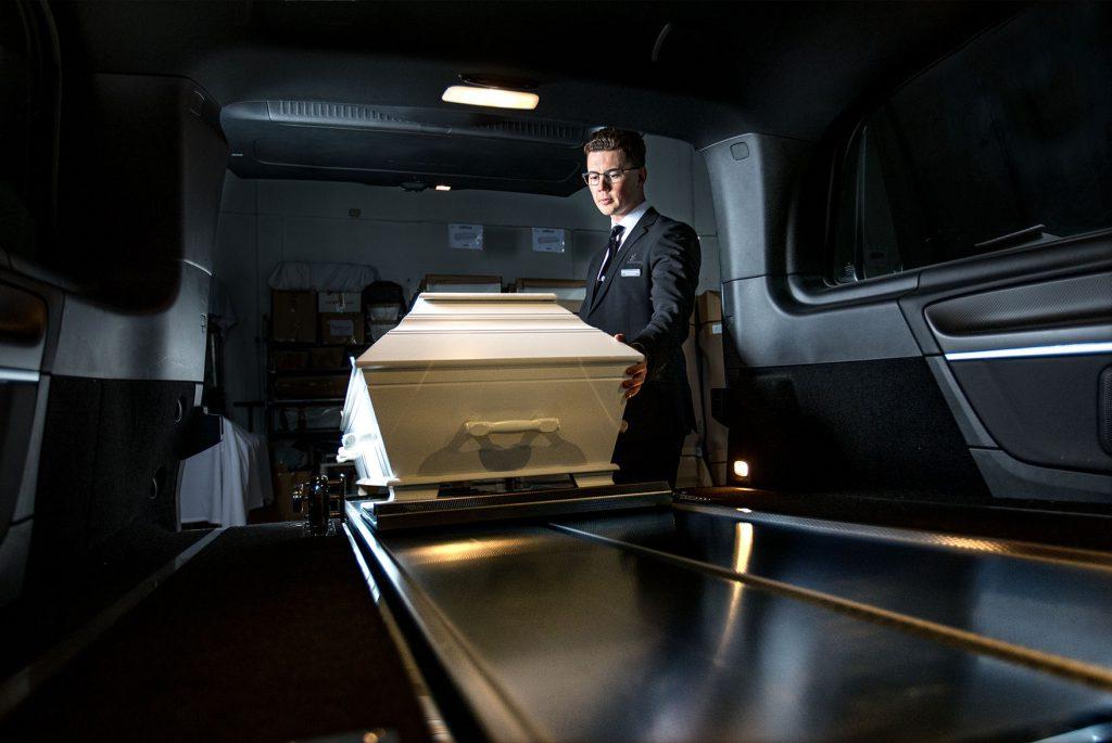 Et verdig farvel er viktig for Eirik i jobben hos Markussens Begravelsesbyrå.