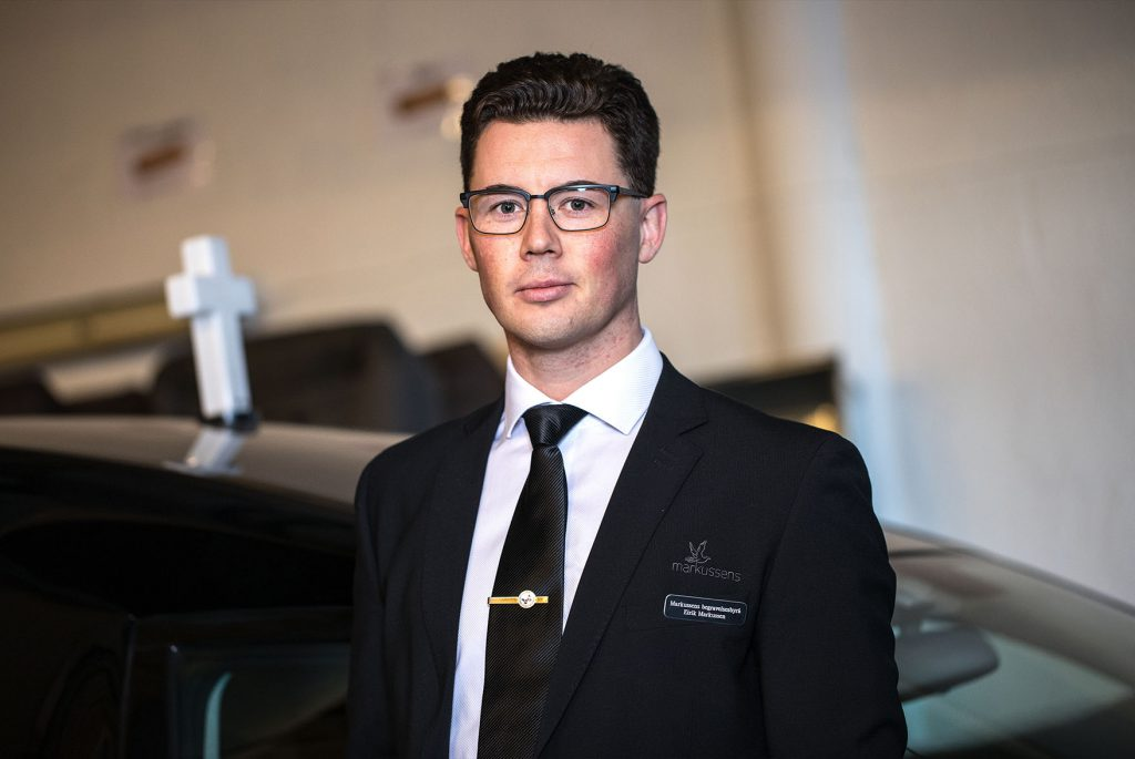 Eirik Markussen fikk tidlig sin første dress, men er nå fulltidsansatt i Markussens Begravelsesbyrå.